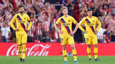 Pemain Barcelona tampak kecewa usai kalah atas Athletic Bilbao pada laga pekan pertama La Liga 2019-20 di stadion San Mames, Bilbao, Jumat (16/8). Barcelona kalah 0-1 dari Athletic Bilbao. (AFP/Ander Gillenea)