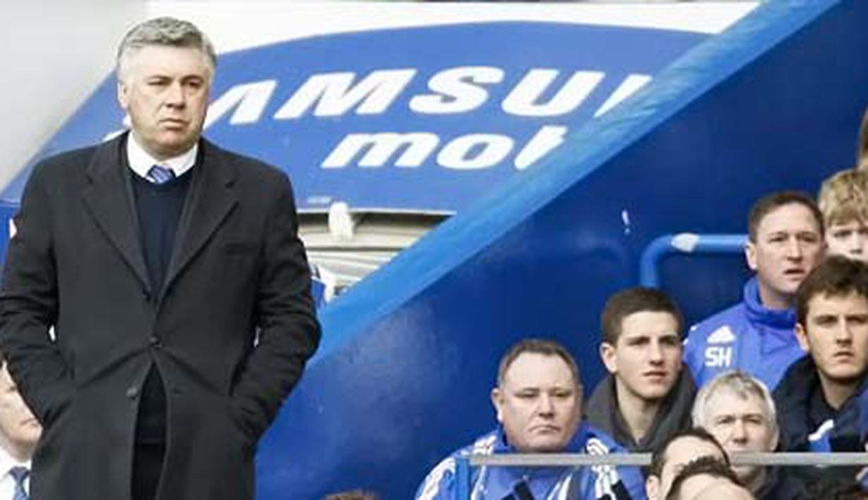 Manajer Chelsea, Carlo Ancelotti berdiri menyaksikan anak didiknya berlaga pada partai lanjutan Liga Premier kontra Manchester City di Stamford Bridge, London, 27 Februari 2010. AFP PHOTO/IAN KINGTON
