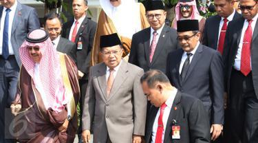Wapres Jusuf Kalla saat mengantar rombongan Raja Arab Saudi Salman bin Abdulaziz al Saud yang bertelok ke Brunei di Bandara Halim Perdanakusuma, Jakarta, Sabtu (4/3). (Liputan6.com/Angga Yuniar)