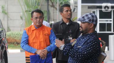 Bupati nonaktif Bengkayang Suryadman Gidot (kiri) tiba di Gedung KPK, Jakarta, Selasa (15/10/2019). Suryadman menjalani pemeriksaan lanjutan penyidik KPK sebagai tersangka untuk melengkapai berkas terkait dugaan menerima suap dalam proyek di lingkungan Kabupaten Bengkayang. (merdeka.com/Dwi Narwoko)