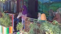 Para pelayat tampak menyambangi rumah duka korban pesawat Lion Air JT 610, Joyo Nuroso, di Kampung Batik Krajan RT 007/RW 002, Rejomulyo, Semarang Timur, Senin (29/10 - 2018). (Semarangpos.com/Imam Yuda S.)