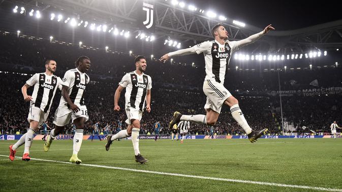 Penyerang Juventus Cristiano Ronaldo (kanan) diikuti rekan-rekan setimnya merayakan gol ke gawang Atletico Madrid pada leg kedua babak 16 besar Liga Champions di Allianz Stadium, Turin, Selasa (12/3). Juventus menang 3-0. (Marco BERTORELLO/AFP)#source%3Dgooglier%2Ecom#https%3A%2F%2Fgooglier%2Ecom%2Fpage%2F%2F10000