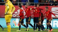 Pemain Spanyol Pau Torres (kelima kiri) merayakan golnya ke gawang Malta pada babak kualifikasi Grup F Piala Eropa 2020 di Stadion Ramon de Carranza, Cadiz, Spanyol, Jumat (15/11/2019). Spanyol menang 7-0. (AP Photo/Miguel Morenatti)