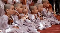 Sejumlah anak lelaki setelah kepalanya dicukur saat kebaktian merayakan ulang tahun ke-2.563 Buddha di Kuil Jogye di Seoul, Korea Selatan, Senin (22/4). Sepuluh anak terpilih mendapatkan pengalaman menjadi biksu dalam rangkaian acara peringatan hari lahir Buddha (AP/Ahn Young-joon)