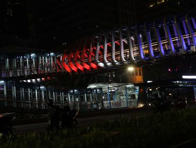Warna lampu seperti bendera Selandia Baru terlihat di JPO Gelora Bung Karno, Jakarta, Minggu (17/3). Pencahayaan tematik ini sebagai tanda berdukacita atas peristiwa penembakan keji di Kota Christchurch, Selandia Baru. (Liputan6.com/Helmi Fithriansyah)