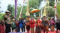 Desa Seketi, Sidoarjo, Jawa Timur menggelar pawai budaya untuk menjadikan desanya sebagai tujuan wisata kampung bambu. (Foto: Liputan6.com/Dian Kurniawan)