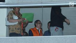 Tersangka dugaan korupsi proyek pengadaan E-KTP, Made Oka Masagung (tengah) usai menjalani pemeriksaan di gedung KPK Jakarta, Rabu (4/4). Ia ditahan usai diperiksa sebagai tersangka dugaan korupsi proyek e-KTP. (Liputan6.com/Helmi Fithriansyah)
