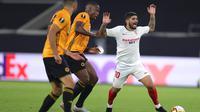 Tampak gelandang senior Sevilla, Ever Banega mendapat penjagaan ketat dari dua pemain Wolverhamtpon Wanderers saat kedua tim bentrok di Liga Europa.