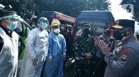 Kapolda Metro Jaya Irjen Fadil Imran menyapa tim pemburu Covid-19 di Polda Metro Jaya, Senin (7/6/2021). Tim pemburu Covid-19 yang diisi oleh personel dari berbagai instansi ini kembali diberdayakan untuk menekan angka penyebaran virus corona di ibu kota DKI Jakarta. (Liputan6.com/Herman Zakharia)