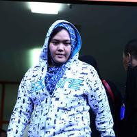 Tampak Neneng Nurhayati, istri tercinta dari almarhum Budi Anduk yang bersiap mengantar jenazah suami ke rumah duka. Budi Anduk menghembuskan napas terakhirnya di usia 47 tahun. (Nurwhayunan/Bintang.com)
