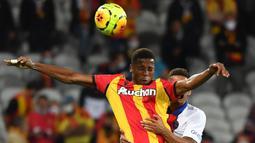 Penyerang Lens, Simon Banza, berusaha menyundul bola saat menghadapi PSG pada laga Liga Prancis di Stadion Bollaert-Delelis, Jumat (11/9/2020). PSG kalah 0-1 atas Lens. (AFP/Denis Charlet)