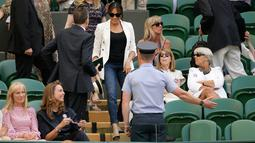 Meghan Markle tiba untuk menyaksikan sahabatnya yang juga petenis AS Serena Williams melawan Kaja Juvan dari Slovakia pada babak kedua Wimbledon di All England Lawn Tennis Club, London, Kamis (4/7/2019). Meghan tampil dalam balutan tank top dan jeans dengan blazer sebagai luaran. (AP/Tim Ireland)