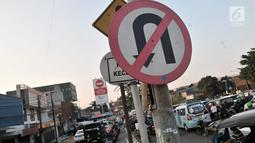 Rambu larang putar balik terpasang di jalur yang sering disalahgunakan oleh pengendara sepeda motor di kawasan Klender, Jakarta, Kamis (11/7/2019). Demi mempersingkat jarak tempuh dan menghindari kemacetan, para pengendara motor nekat berlawan arah. (merdeka.com/Iqbal S. Nugroho)