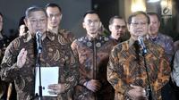 Ketua Umum Partai Demokrat Susilo Bambang Yudhoyono (kiri) dan Ketua Umum Partai Gerindra Prabowo Subianto memberikan keterangan pers seusai menggelar pertemuan di kawasan Mega Kuningan, Jakarta, Selasa (24/7). (Merdeka.com/Iqbal S. Nugroho)