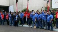 Puluhan pekerja gelar aksi di depan pintu masuk JICT Tanjung Priok, hingga penetapan harga premium dan solar di 2016 berbuntut polemik.