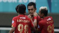 Para pemain Kalteng Putra merayakan gol yang dicetak I Made Wirahadi ke gawang Persita Tangerang pada laga Liga 2 di Stadion Pakansari, Jawa Barat, Selasa (4/12). Kalteng menang 2-0 atas Persita. (Bola.com/M. Iqbal Ichsan)