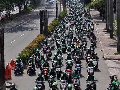Ratusan pengemudi Ojek Online melakukan aksi solidaritas terhadap temannya yang meninggal karena Sakit, Jakarta, Sabtu (11/6). Pengemudi Ojek online tersebut melakukan aksi solidaritas konvoi memenuhi jalan Kuningan. (Liputan6.com/Johan Tallo)
