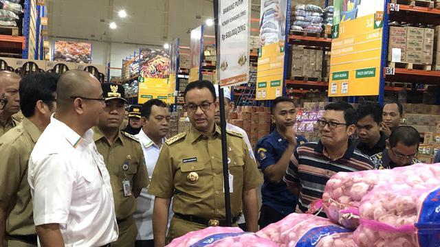 Gubernur DKI Jakarta, Anies Baswedan mengecek harga bahan pokok di Pasar Induk JakGrosir, Kramat Jati, Jakarta.