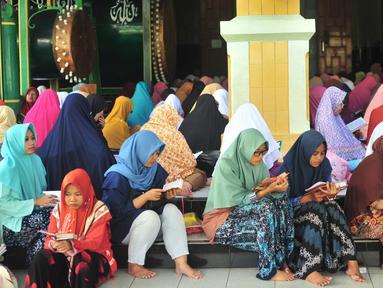 Jemaah wanita bertadarus Alquran di Masjid Kauman, Semarang, Jawa Tengah, Rabu (8/5/2019). Tadarus Alquran ini dipimpin langsung oleh KH Muhammad Naqib Nur. (Liputan6.com/Gholib)