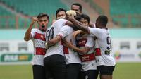 Reaksi pemain Manchester United setelah membobol jala Persipura Jayapura pada pertandingan BRI Liga 1 2021/2022 di Stadion Wibawa Mukti, Cikarang, Minggu (3/10/2021). (Bola.com/Bagaskara Lazuardi)