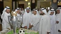 Sheik Mansour memotong kue berukuran jumbo bersama Perdana Mentri UEA, Sheikh Mohammed bin Rashid Al Maktoum.