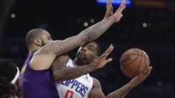 Pebasket Los Angeles Lakers, Tyson Chandler, menghadang pebasket Los Angeles Clippers, Sindarius Thornwell, pada laga NBA di di Staples Center, Sabtu (29/12). Los Angeles Clippers menang 118-107 atas LA Lakers. (AP/Mark J. Terrill)