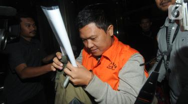 Chandra Safari dan Hendra Wijaya, pihak swasta penyuap Bupati Lampung Utara, mengenakan rompi oranye usai menjalani pemeriksaan di Gedung KPK, Jakarta, Selasa (8/10/2019). KPK menetapkan enam orang tersangka, termasuk Bupati Lampung Utara sebagai penerima suap. (merdeka.com/Dwi Narwoko)