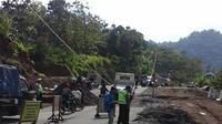 Jalan ke Arah Garut dari Sumedang amblas (Liputan6.com / Aditya Prakasa)