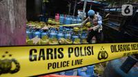 Polisi saat mengamankan barang bukti gas subsidi di Meruya Utara, Jakarta Barat, Selasa (6/4/2021). Mabes Polisi mengamankan tempat pengoplosan gas subsidi LPG 3 kg menjadi gas 12 kg.  (merdeka.com/Imam Buhori)
