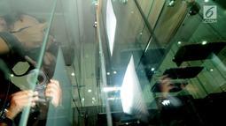 Fotografer mengabadikan deretan handphone (HP) berbagai jenis di intalasi yang akan dilelang di gedung KPK, Jakarta, Jumat (20/7). Handphone tersebut hasil sitaan KPK terhadap para koruptor yang ketangkap KPK. (Merdeka.com/Dwi Narwoko)