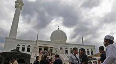 Suasana Salat Jumat di  Masjid Agung Al-Azhar Jakarta