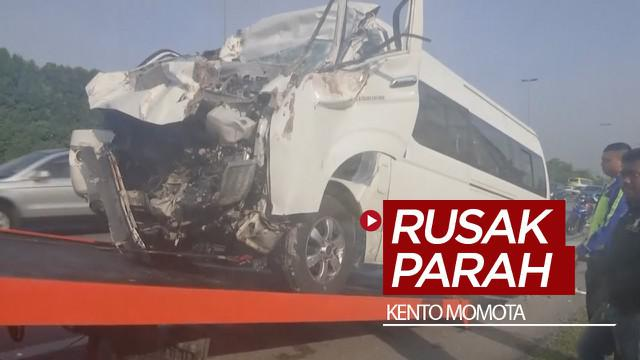 Berita video mobil yang ditumpangi pemain badminton Jepang, Kento Momota, hingga rusak parah setelah mengalami kecalakaan di Kuala Lumpur, Malaysia, Senin (13/1/2020).