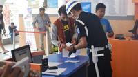 Petugas membantu pengisian form tiket di Stasiun Sidareja, Cilacap, Jawa Tengah. (Foto: Liputan6.com/Muhamad Ridlo)