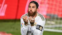 4. Sergio Ramos - Penampilan Sergio Ramos sangat luar biasa, ia memimpin skuat Real Madrid menjadi juara La Liga pada musim 2019-2020 ini. Torehan 11 gol membuat Ramos tercatat sebagai bek yang produktif dalam mencetak gol bagi Real Madrid di kompetisi La Liga. (AFP/Gabriel Bouys)