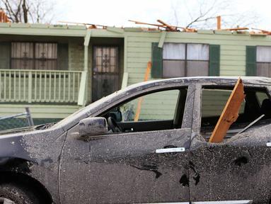 Sebuah mobil rusak parah akibat tornado yang melanda Alabama, Sabtu (26/12/2015). Letnan Polisi Birmingham Sean Edwards mengatakan sedikitnya ada tiga orang dilarikan ke rumah sakit un¬tuk mendapatkan pengobatan luka ringan. (Reuters/ Marvin Gentry)