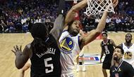 Andre Iguodala melakukan dunk saat Warriors melawan Clippers (AP)