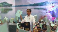 Presiden Joko Widodo atau Jokowi memberi sambutan saat membagian sertifikat tanah di Pasar Minggu, Jakarta, Jumat (22/2). Jokowi menegaskan, pembagian sertifikat tanah menjadi solusi kasus sengketa lahan dan tanah. (Liputan6.com/Angga Yuniar)