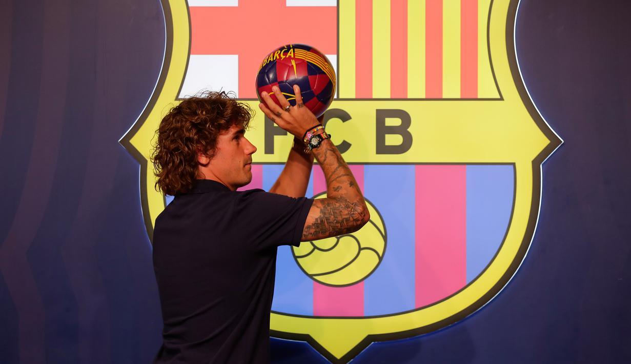 Antoine Griezmann berpose saat pemotretan di Barcelona, Spanyol, Sabtu (13/7/2019). Antoine Griezmann telah resmi bergabung dengan Barcelona. (AP Photo/Emilio Morenatti)