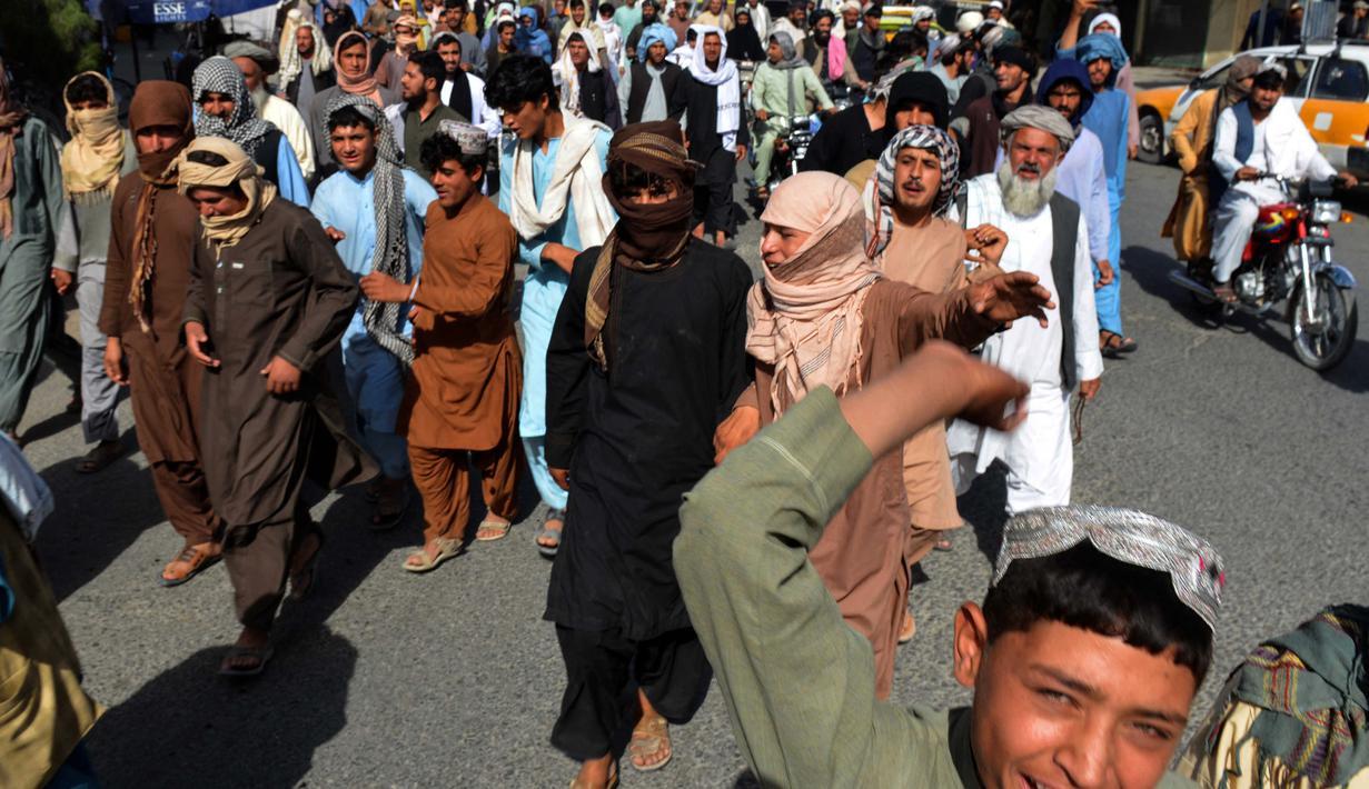 Penduduk setempat mengambil bagian dalam pawai protes terhadap pengumuman yang dilaporkan oleh Taliban di Kandahar (14/9/2021). Para penduduk memprotes Taliban yang ingin menggusur rumah mereka yang dibangun di atas tanah milik negara. (AFP/Javed Tanveer)