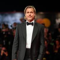 Brad Pitt pada red carpet Venice Film Festival 2019. (dok. AP/Novi Thedora)