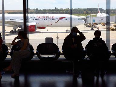 Para penumpang menunggu di Bandara Internasional Wina di Wina, Austria, pada 15 Juli 2020. Bandara Internasional Wina mencatatkan penyusutan volume penumpang sebesar 95,4 persen menjadi 138.124 orang pada Juni 2020 dibandingkan tahun sebelumnya. (Xinhua/Georges Schneider)