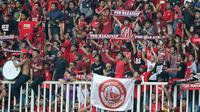 Suporter PSM Makassar saat melawan Becamex Binh Duong pada laga semifinal Zona ASEAN Piala AFC 2019 di Stadion Pakansari, Rabu (26/6). PSM menang 2-1 atas Becamex Binh Duong. (Bola.com/M Iqbal Ichsan)