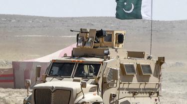Personel keamanan di kota perbatasan Pakistan Qila Saifullah di provinsi barat daya Balochistan (Banaras Khan/AFP)