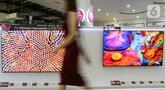 Model melintas di depan dua LG QNED Mini LED TV di toko elektronik SCBD, Jakarta, Sabtu (25/09/2021). PT LG Electronics Indonesia (LG) resmi mengumumkan TV premium, LG QNED Mini LED TV yang dikembangkan dua teknologi pada  LCD TV yaitu Quantum Dot NanoCell dan Mini LED. (Liputan6.com)