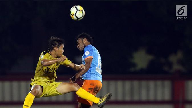 Gelandang Bhayangkara FC, Adam Alis (kiri) berebut bola dengan pemain Perseru, Ronaldo Mesido pada lanjutan Go-Jek Liga 1 Indonesia 2018 bersama Bukalapak di Stadion PTIK, Jakarta, Rabu (12/9). Bhayangkara FC unggul 1-0. (Liputan6.com/Helmi Fithriansyah)#source%3Dgooglier%2Ecom#https%3A%2F%2Fgooglier%2Ecom%2Fpage%2F%2F10000