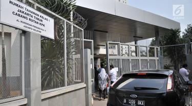 Pengunjung menjenguk keluarganya yang ditahan di Rumah Tahanan Kelas I Jakarta Timur Cabang Rutan KPK, Rabu (22/8). KPK memberi waktu besuk selama tiga jam bagi keluarga maupun kerabat saat Idul Adha 1439 H. (Merdeka.com/Iqbal Nugroho)