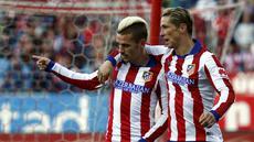 Antoine Griezmann berselebrasi bersama Fernando Torres usai mencetak gol ke gawang Real Sociedad di Stadion Vicente Calderon, (8/4/2015).  (REUTERS/Susana Vera)