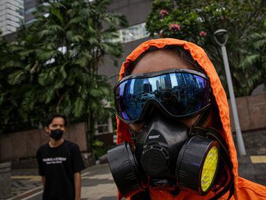 Pengunjuk rasa yang tergabung dari masyarakat sipil menggelar aksi di depan Gedung MUFG, Jakarta, Selasa Senin (5/4/2021). Dalam aksinya mereka menuntut Bank MUFG dan Danamon bertanggung jawab terhadapat kerusakan Hutan, Krisis Iklim dan Pelanggaran HAM di Indonesia. (Liputan6.com/Faizal Fanani)