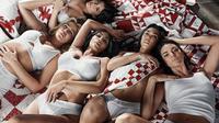 Kylie Jenner masih berusaha menutupi perut buncitnya dalam iklan Calvin Klein (instagram/calvinklein)