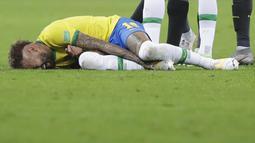 Striker Brasil, Neymar, meringis kesakitan saat melawan Ekuador pada laga Kualifikasi Piala Dunia 2022 Zona Amerika Selatan, Minggu (5/6/2021). Brasil menang dengan skor 2-1. (AP/Andre Penner)